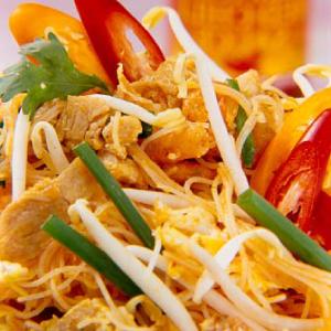 Riisi niitnuudlid kana ja tšilli-küüslaugu kastmega
